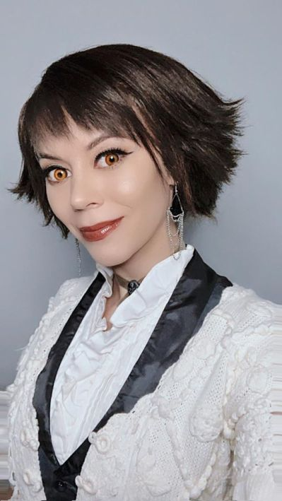 Vee Elle as Alice Cullen cafeteria outfit